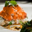 Dés de saumon marinés à l'huile d'olive et basilic, riz madras