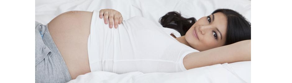 Femme enceinte allongée